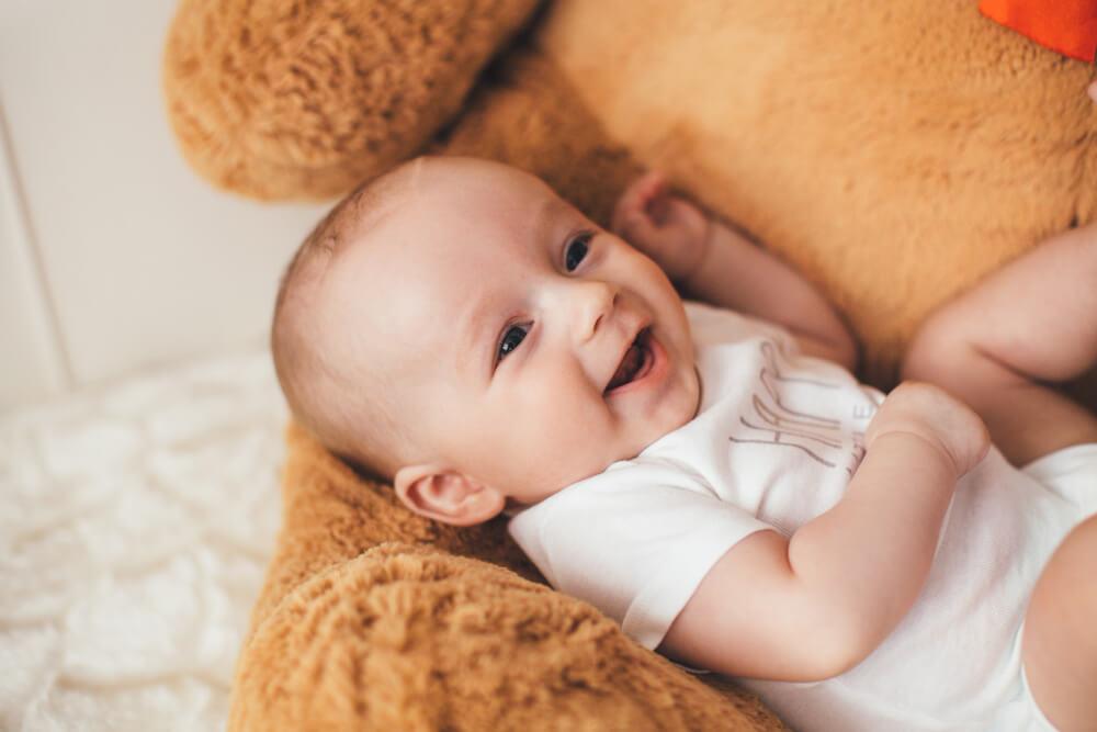 Aké hračky milujú bábätka od narodenia do 3 mesiacov? Čo na hračkách obdivujú a čo ich na nich baví?